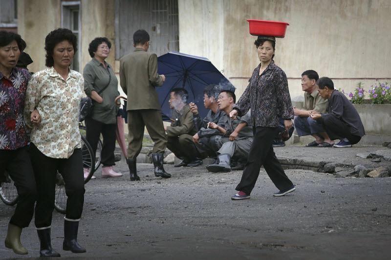 Кадры повседневной жизни в Пхеньяне (23 фото)