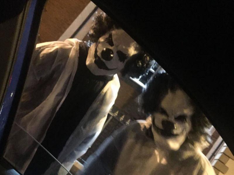 «Гадкие клоуны» пугают англичан и американцев (15 фото)
