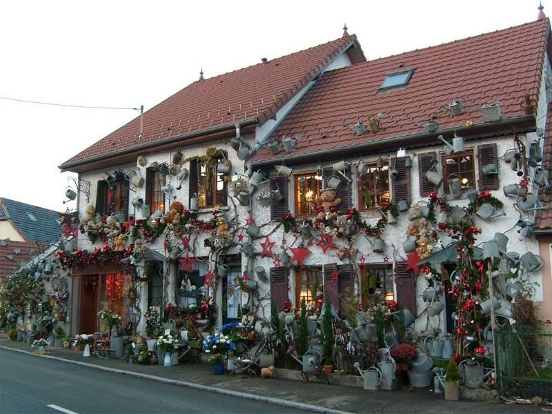 Французский цветочник за 15 лет украсил магазин 800-ми лейками