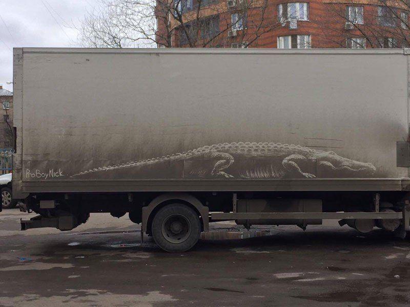 Рисунки на грязных авто от московского художника